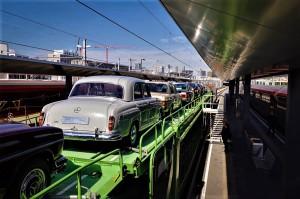 Der Spezialtransport für wertvolle Oldtimer Autos und Motorräder rollte bereits auf der Schiene von Wien nach Wels. Foto: ÖBB / Georg Stark