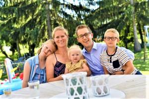 Eine sichtlich zufriedene Jung-Familie im Schoße eines GRIFFNER Hauses. Foto: Helge Bauer / Griffnerhaus