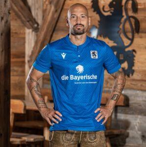 """Mittelfeld-Stratege Timo Gebhart präsentierte gestern stolz das """"Wiesn""""-Trikot der Münchner Löwen. Foto: TSV 1860 München"""