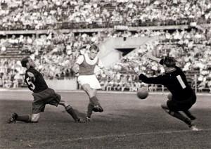 Dreifacher Torschütze beim 9 : 2-Erfolg des FK Austria Wien über den 1. FC Kaiserslautern war am 9. September 1953 im Wiener Praterstadion vor 25.000 Zuschauern Walter Schleger (Bildmitte). Foto: oepb
