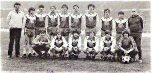 Aus diesem FAK-Nachwuchs von 1979/80 gingen Bundesligaspieler und spätere Nationalspieler hervor. Zum Beispiel Attila Sekerlioglu (stehend rechts neben Betreuer Herbert Penas), Robert Frind (5. von links) und Toni Polster (7. von links). Alois Weinrich steht links von Trainer Adolf Huber. Vorne hockend zweiter von links: Andreas Ogris. Foto: Alois Weinrich / oepb