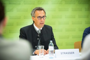 Unterstreicht einmal mehr seine Forderung nach CO2-Zöllen für importierte Lebensmittel an den EU-Außengrenzen. Bauernbund-Präsident NR Georg Strasser. Foto: Gruber