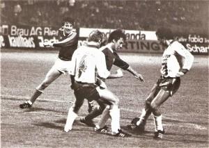Der erst 19-jährige Wartinger führt bereits geschickt Regie im Mittelfeld des SK VÖEST. Hier eine Szene vom 15. September 1978 aus dem Linzer Stadion. Im Bild von links: Horst Baumgartner (VÖEST, Torschütze zum 1 : 0), Werner Maier (GAK); Helmut Wartinger (VÖEST), sowie Gottfried Lamprecht (GAK). Aus SK VÖEST Linz gegen Grazer AK, 1 : 2 (Pausenstand 1 : 0) vor 8.000 Besuchern. Quelle und Foto: oepb