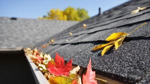 Der Winter steht vor der Tür. Höchste Zeit also, die verbleibenden schönen Wochen sinnvoll zu nützen, um das Haus auf die kalte und feuchte Jahreszeit vorzubereiten. Besonders wichtig ist dabei die Überprüfung des Daches. Foto: BMI