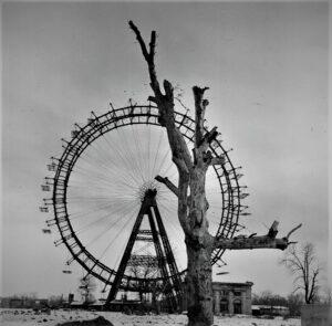 Blick auf das kriegsbedingt zerstörte Wiener Riesenrad 1945. Foto: Okamoto / ÖNB