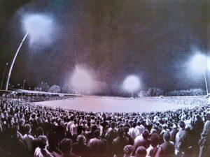 Der damalige (1988) Aufsteiger VSE St. Pölten galt nicht nur als Emporkömmling, die Mannschaft, trainiert vom Erz-Austrianer Thomas Parits mischte die heimische Bundesliga auch gehörig auf. So gastierte am Freitag, 13. September 1988 nicht nur der aktuelle Tabellenführer FK Austria Wien am VOITH-Platz zu St. Pölten, es fanden sich auch weit über 10.000 Zuschauer anhand der Flutlichtpremiere am Spratzerner Kirchenweg 25 ein. Die bekamen nicht nur ein leistungsgerechtes 1 : 1 (Pausenstand 1 : 0) vorgesetzt, auch die Ex-Violetten in Reihen der St. Pöltner, nämlich Anton Resch im Tor, sowie Hans-Peter Frühwirth, Franz Zach und allen voran Ernst Ogris fighteten gegen den Ex-Verein mit sämtlichen erlaubten Mitteln. Die Partie bot alles, was ein Freitag Abend unter Flutlicht erwartungsfroh anzubieten hatte. Foto: VSE St. Pölten / Quelle: oepb