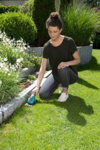 Bei Rasenkanten kommt die GARDENA ClassicCut Grasschere zum Einsatz. FOTO: GARDENA