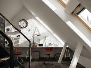 Deshalb ist es wichtig, bereits bei der Planung eines Arbeitsplatzes die natürliche Lichtquelle zu berücksichtigen. Zahlreiche Vorteile bietet hier das Steildach, das durch seine Form auch tiefe Räume gleichmäßig mit Tageslicht versorgen kann. Foto: VELUX