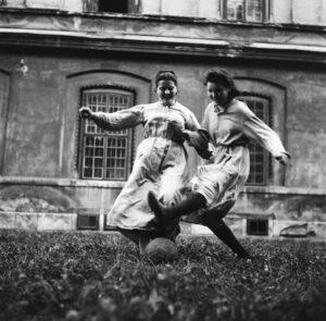 """Schwestern des von den Amerikanern unterstützten Kinderheims """"Am Himmel"""" beim Fußballspiel. 1952. Foto: Okamoto / ÖNB"""