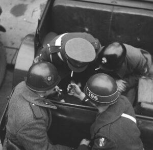 Alliierte Militärpolizei bei einer Zigarettenpause. Um 1950. Foto: Okamoto / ÖNB