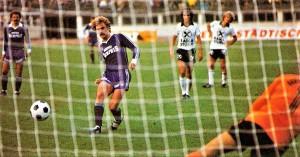 Als die Wiener Austria ihren zahlreichen Fans noch große Freude bereitete! Vor 40 Jahren zum Beispiel, am 25. August 1979, demolierte der FAK die Mannschaft von Sturm Graz mit 6 : 1 im Wiener Praterstadion. Am Ende der Saison sprang das Double dabei heraus, also gewonnene Meisterschaft und Cupsieg. Triumphe, die der derzeitige Austria-Kader maximal im violetten Vereinsmuseum besichtigen kann. Im Bild von links: Herbert Prohaska (FAK, dreifacher Torschütze an jenem Tag), Walter Schachner (FAK, zweifacher Torschütze, hier bei einem Elfmeter zum 5 : 1), Franz Wehr (Sturm), Rudolf Schauss (Sturm), sowie Torhüter Walter Saria (Sturm). Aus FK Austria Wien gegen SK Sturm Graz, 6 : 1 (Pausenstand 2 : 1), vom 25. August 1979 im Wiener Praterstadion vor 7.000 Zuschauern. Foto und Quelle: oepb