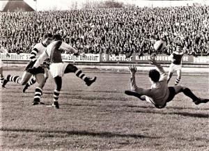 Wenn am kommenden Sonntag, 3. November 2019 der LASK auf die Wiener Austria trifft, dann handelt es sich dabei um ein Bundesliga-Duell, das seit Jahrzehnten in regelmäßiger Unregelmäßigkeit immer wieder stattfindet. Mit dem LASK verbindet der FAK stolze, aber auch schmerzliche Erinnerungen. Waren es doch die Linzer Schwarz-Weißen, gegen die die Wiener Violetten ihren höchsten Bundesligasieg einfahren konnten. Am 19. Jänner 1941 versammelten sich 8.000 Zuschauer am Wacker-Platz zu Wien-Meidling, um Zeuge eines 21 : 0 !!! Triumphs des FAK zu werden. Man muss dem LASK jedoch zugute halten, dass die Linzer damals zu Spielbeginn lediglich sieben Fußballer aufbieten konnten. Den Rest der Mannschaft stoppte bei der Anreise aus Linz nach Wien bei Amstetten ein Fliegerangriff. Jedoch Ehrgeiz gepaart mit beispielhafter Sportauffassung ließ es nicht zu, dass der LASK eben nicht antreten würde. So wurden kurzerhand vier in Wien stationierte Soldaten aus Linz, die am Wacker-Platz zugegen waren, in den LASK-Dress gesteckt und es konnte losgehen. Erst beim Stand von 0 : 17 traf der Rest des LASK-Kaders unversehrt in Wien ein, der sich noch bemühte, Schadensbegrenzung vorzunehmen. Dieser 21 : 0-Erfolg des FK Austria Wien gilt bis heute als der höchste Sieg, der jemals in der Österreichischen Fußballmeisterschaft erzielt wurde. Ganz anders dann ein Umstand in der jüngeren Geschichte vom 9. März 2010: Der LASK gewann im Linzer Stadion im Rahmen des ÖFB-Cups gegen die ganz in orange angetretenen Wiener Violetten mit 1 : 0. Diese Niederlage schmerzte die Austria damals wohl am allermeisten, war damit doch die stolze Serie von 6 Finalteilnahmen am Stück, davon 5 Cupendspiele gewonnen – 4 davon en suite – von einem einzigen Rene Aufhauser-Treffer in der 43. Spielminute jäh zerstört worden. Seit jenem Tag stottert das violette Cup-Werkel gehörig. Die Austria ist mit 27 Cup-Titeln zwar Österreichs uneingeschränkter Rekord-Pokalsieger, aber die letzten beiden Finalteilnahmen gingen in die v