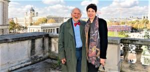 """Nobelpreisträger Eric Kandel im November 2019 zu HdGÖ-Direktorin Monika Sommer auf dem sogenannten """"Hitler-Balkon"""": """"Es ist essentiell, dass das Museum hier an diesem Ort bestehen bleibt, nicht nur wegen der historischen Bedeutung des Balkons, sondern wegen der Bedeutung des gesamten Platzes."""" Foto: eSeL.at - Joanna Pianka"""