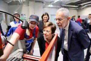 Heute Vormittag hat Bundespräsident Alexander Van der Bellen den 600 Lehrlingen in der ÖBB Lehrwerkstätte am Hebbelplatz in Wien einen Besuch abgestattet. Foto: ÖBB / Andreas Scheiblecker