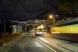 Es war eine wahre nächtliche Meisterleistung! Eine 2.400-Tonnen-Brücke wurde in einer einzigen Nacht über den Meidlinger Einschnitt geschoben. Foto: ÖBB / Robert Deopito