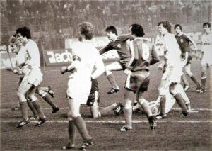 Österreichische Fußball-Bundesliga Historie: Am Samstag, 25. November 1978 lud der Drittplatzierte SK VÖEST Linz den Zweitplatzierten SK RAPID Wien zu seinem Heimspiel. Beide Teams galten als Herausforderer und schärfste Verfolger gegenüber dem FK Austria Wien in der Saison 1978/79. Am Ende der Spielzeit war RAPID Dritter, der SK VÖEST Fünfter. Meister wurde die Wiener Austria mit 14 Punkten !!! Vorsprung (bei 2-Punkte-Regel für den Sieg) gegenüber dem Vize-Meister Wiener Sport-Club. Das Match in Linz an einem nasskalten Novembertag endete so, wie das Wetter war, trostlos und öde 0 : 0. 6.000 Zuschauer besuchten diese Partie im Linzer Stadion auf der Gugl. Im Bild von links: Erich Lisak, Heribert Weber, Kapitän Werner Walzer (alle RAPID), Horst Baumgartner, Petar Nikezic (beide VÖEST), Günther Happich (RAPID); Karl Hodits (VÖEST), sowie Helmut Kirisits (RAPID). Quelle und Foto: oepb
