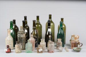 Diverse Glasflaschen, darunter der Brauerei Hernals und der Brauerei Brunn am Gebirge, vor 1936. Foto: Machsike Hadass Wien, Israelitischer Tempel- und Schulverein.
