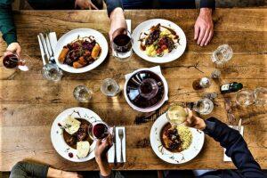 Ein herbstliches Traumpaar bilden ab sofort lokales Wild und heimischer Wein. Foto: ÖWM / Blickwerk Fotografie