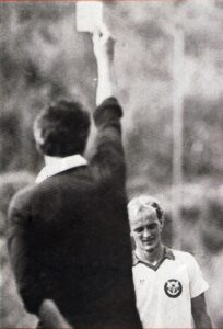 """Willi """"Ente"""" Lippens (SC Rot-Weiß Essen) http://www.oepb.at/allerlei/wilhelm-willi-lippens.html bekam einst vom Referee mit den Worten """"Ich verwarne Ihnen!"""" die Gelbe Karte präsentiert. Darauf der nicht auf den Mund gefallene Lippens zum Schiedsrichter: """"Ich danke Sie!"""" Seit 1970 gehören Gelbe und Rote Karten zum täglichen Brot des Fußballsports. Der in jungen Jahren stets ein bisserl ungestüm in die Zweikämpfe gegangene Akteur des SK VÖEST Linz, Georg Zellhofer, bekommt hier im August 1981 vom österreichischen Schiedsrichter Gerald Losert die Gelbe Karte präsentiert. Foto: oepb"""