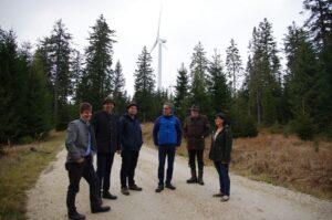 """""""Forstwirte sollen wesentlich dazu beitragen, die Klimaziele bis 2030 zu erreichen!"""", so Bauernbund-Präsident Georg Strasser, im Bild der Vierte von links. Er sieht für """"Windkraft im Wald"""" ein großes Potenzial, wie zum Beispiel hier im Windpark Hochpürschtling im steirischen Mürztal. Foto: Pototschnig"""