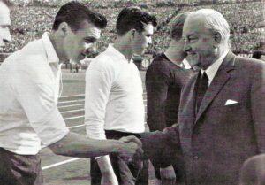 """Der ÖFB feierte gemeinsam mit der Stadt Wien am Samstag, 27. Mai 1961 """"30 Jahre Wiener Stadion"""". Im Zuge dessen lud man zum """"Großen Sportfest"""" England nach Wien ein. Die Österreichische Fußball-Nationalmannschaft war damals als """"zweites Wunderteam"""" aktiv. In der Zeit von 29. Mai 1960 bis 9. Oktober 1961 gab es mit 9 Erfolgen bei nur einer Niederlage eine beachtliche Siegesserie in der """"Karl Decker-Ära"""" zu verzeichnen. Darunter auch der Triumph über England, denn Österreich gewann gegen das Königreich an jenem Tag mit 3 : 1 (Pausenstand 2 : 1). Knapp 91.000 Zuschauer im Wiener Praterstadion waren hellauf begeistert. Im Bild begrüßt der Bundeskanzler Dr. Alfons Gorbach die Nationalspieler. Ganz links abgeschnitten: Helmut Senekowitsch http://www.oepb.at/allerlei/helmut-senekowitsch-ein-oefb-teamchef-mit-erfolg.html, neben ihm Horst Nemec http://www.oepb.at/allerlei/flugzeugtraeger-horst-nemec-zum-80-geburtstag.html. In der Bildmitte Hans Buzek http://www.oepb.at/allerlei/hans-buzek-oefb-teambaby-80-jahre-jung.html, sowie abgeschnitten im dunklen Dress Torhüter Gernot Fraydl. Quelle und Foto: oepb"""