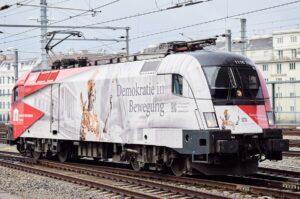 """Die Demokratie-Lok ist eine Taurus von 19,3 Metern Länge. Sie wird mit ihren 8.700 PS und einer Geschwindigkeit von bis zu 230 km/h im Auftrag der Österreichischen Demokratie unterwegs sein und den Slogan """"Demokratie in Bewegung"""" hinaus nach Europa tragen. Foto: © ÖBB / Marek Knopp"""