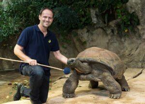 Riesenschildkröte Schurli mit Zoo Wien-Kurator Anton Weissenbacher. Foto: Daniel Zupanc