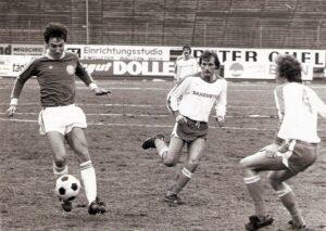 Der erst 18-jährige Mittelfeldakteur Helmut Wartinger (links, SK VÖEST), bot in diesem ÖFB-Cupspiel eine ausgezeichnete Leistung. Aus SK VÖEST Linz gg. ASK Salzburg, 5 : 0 (Pausenstand 3 : 0), vom 26. Dezember 1977. Foto: oepb