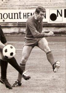 Der typische Linksfuß in perfekter Schusshaltung. Joe Kreuzer hier bei einem Heimspiel des SK VÖEST auf der Linzer Gugl des Jahres 1971/72. Foto: oepb