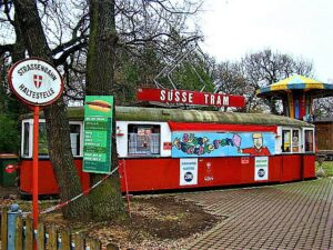 Diese süße Tramway befindet sich derzeit zwar im Winterschlaf, freut sich aber bereits heute, im kommenden Frühjahr kleine und große Naschkasten wieder verwöhnen zu dürfen. Foto: oepb