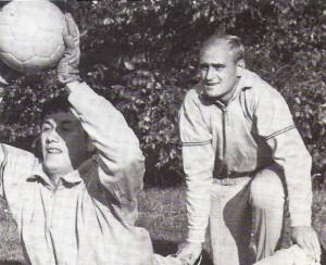 ÖFB-Teamtorhüter beim Training unter sich. Roman Pichler (links) und Gernot Fraydl in den frühen 1960er Jahren. Foto: oepb