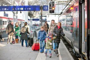 Die ÖBB bringen für die Feiertage über 30.000 zusätzliche Plätze auf Schiene. Die Reservierung garantiert den Sitzplatz. Foto: © ÖBB / Eisenberger