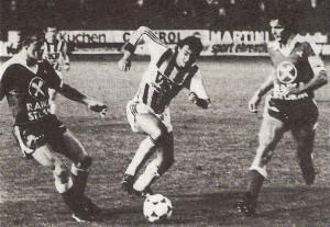 """Anbei eine Bundesliga-Spielszene des 5. Spieltages der Saison 1983/84 vom Freitag, 16. September 1983. Der LASK empfing zu seinem Heimspiel im Linzer Stadion auf der Gugl die Mannschaft von SK Sturm Graz, die damals vom derzeitigen Geburtstags-Jubilar Gernot Fraydl http://www.oepb.at/allerlei/gernot-fraydl-oefb-wunderteam-keeper-80-jahre-jung.html sehr erfolgreich trainiert worden war. Die Grazer waren mit 4 Siegen en suite in die Saison gestartet und auch die Tor-Differenz von 11 : 3 war beachtlich. Der LASK war überdurchschnittlich unterwegs und stand bei bisher 5 erzielten Punkten (2 Punkte-Regel für den Sieg) Bemerkenswert war, dass die Linzer in der Woche zuvor beim FK Austria Wien ein 0 : 0 erreicht hatten, galten doch die Wiener Violetten mit ihrem Paradesturm Tibor Nyilasi/Toni Polster als Tor-Fabrik. Es war ein offener Schlagabtausch, den 5.500 Zuschauer geboten bekamen, nur Tore wollten auch in dieser Partie keine fallen. Klaus Lindenberger (LASK) und Walter Saria (Sturm) hielten ihre Gehäuse rein. Der 23-jährige Wolfgang Nagl (Bildmitte, LASK) wäre im Sommer 1983 gerne nach Wien zu RAPID übersiedelt. Bloß war die Ablösesumme, die Präsident Komm.-Rat Rudolf Trauner für seinen Jung-Star verlangte den Hütteldorfern schlichtweg zu hoch. So blieb der ein wenig zerknirscht wirkende Nagl den Linzern und auch seinem Bruder Kurt, der detto den LASK-Dress trug, treu. Und siehe da, die Linzer spielten eine hervorragende Saison und erreichten hinter Meister AUSTRIA und Vize-Meister RAPID den respektablen Dritten Platz. Diese Leistungssteigerung war insofern beachtlich, da das Team im Jahr zuvor lediglich den 12. Rang belegen konnte. Und auch Wolfgang Nagl spielte eine tolle Saison als mannschaftliche Stütze im LASK-Gefüge. Seine Tore waren oft herrliche Weitschüsse aus der Distanz, die mit jener Wucht vorgetragen auch an die Granaten des legendären Franz """"Bimbo"""" Binder erinnerten. Beide Brüder – Kurt Nagl (Jahrgang 1955), sowie Wolfgang Nagl (Jahrgang 1960) waren ver"""