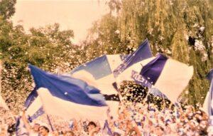Ein bunter Dschungel ist seit jeher ein Fan-Block. Dort tummeln sich Menschen aller Couleurs. Die wenigsten jedoch davon waren selbst aktive Fußballspieler. Fußball-Fan zu sein, gibt niemandem das Recht, die sportlichen Akteure auf das übelste zu beschimpfen. Das ist ein Faktum. Es wäre wünschenswert, wenn man sich das immer wieder selbst vor Augen führt. Im Bild der Sektor 3 im Linzer Stadion auf der Gugl es Jahres 1980 bei einem Heimspiel des SK VÖEST Linz. Foto: oepb