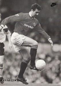Autogrammkarte Eric Cantona im Dress von Manchester United. Sammlung: oepb