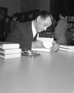 Friedrich Torberg im Jahre 1951 nach seiner Rückkehr aus dem amerikanischen Exil in sein geliebtes Wien im Rahmen einer Lese- und Signierstunde. Foto: Wikipedia / ORF