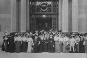Generalversammlung des Bundes Österreichischer Frauenvereine am 13. Mai 1911 vor dem Portal der Handelskammer in Wien, Stubenring 8-10. Lechner Müller Wien (Atelier). Foto: Österreichische Nationalbibliothek