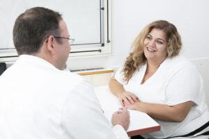 Das Adipositas Zentrum am Barmherzige Schwestern Krankenhaus Wien bietet verschiedene Therapiemöglichkeiten bei krankhaften Übergewicht. Zentrumsleiter OA Dr. Georg Tentschert im Gespräch mit einer Patientin. Foto: © Heidrun Henke
