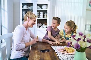 Die Schwerhörigkeit ist heute besser behandelbar denn je zuvor. Eine frühe Therapie ist jedoch entscheidend für den Behandlungserfolg. Damit Sie auch morgen noch das Kinder-Lachen Ihrer Enkerl hören. Foto: © Cochlear Ltd.