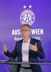 Nach sechs Monaten Arbeit bei der Wiener Austria zieht Peter Stöger in seiner Eigenschaft als Sport-Vorstand eine erste Bilanz. Foto: oepb