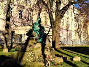 Als Standort für ein Adalbert Stifter-Denkmal, dessen Errichtung seit 1896 ein eigens konstituierter Ausschuss betrieb, wählte man die vor dem Linzer Landhaus die Promenade, auf die Stifter in seinen Jahren als Schulrat von seinem Amtsraum in der Statthalterei geblickt hatte. Das von Hans Rathausky konzipierte Denkmal wurde am 24. Mai 1902 feierlich enthüllt. Die Figur des Dichters, in Bronze gegossen, sitzt lebensgroß auf einem eigens aus dem Böhmerwald herbeigeschafften Granitfelsen, mit Hut und Mantel an seiner Seite. Foto: © oepb