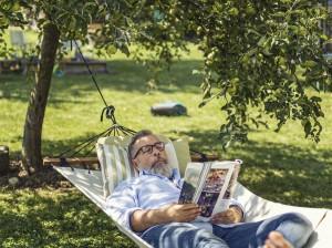 Das Leben im eigenen Garten genießen und die Arbeit getrost einem GARDENA SILENO Mähroboter überlassen. Foto: © GARDENA
