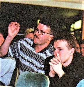 Rudolf Koblowsky in seinem Element. Leicht dozierend und die Granden der Österreichischen Fußball-Bundesliga stets auf Unzulänglichkeiten hinweisend. Hier im Rahmen eines Fan-Cup-Stammtisches vom 20. April 1994. Foto: © oepb