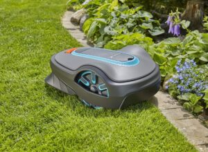 Der SILENO life von GARDENA bewegt sich leise und wendig im Garten und bewältigt Steigungen bis 35 Prozent. Foto: © GARDENA