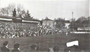 Die Fahnenschwinger auf der Hütteldorfer Pfarrwiese, dem RAPID-Platz, in den 1970er Jahren. Hier verbrachte der Koby gemäß eigener Aussage, seine gesamte Jugend. Foto: © oepb