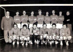 Der SK Admira Linz war auch in der Halle erfolgreich. Hier das Team im Winter 1976/77. Hinten ganz rechts stehend die Brüder Heinz, Ernst und Wolfgang Nagl. Foto: © oepb