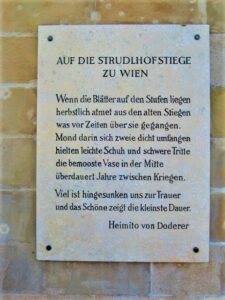 Erinnerungs-Tafel Heimito von Doderer an der Strudlhofstiege zu Wien. Foto: © oepb