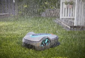 Bei jedem Wetter im Einsatz: Die SILENO Modelle von GARDENA liefern auch bei Regen ein präzises Schnittbild. Foto: © GARDENA