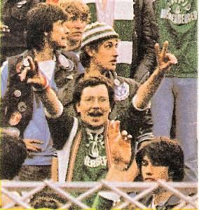 Der Koby ist fanmäßig endlich am Ziel! Seinen RAPID wurde nach einer 14-jährigen Durststrecke wieder Österreichischer Fußballmeister. Hier am 25. Mai 1982 nach dem 5 : 0-Erfolg RAPIDs am letzten Spieltag gegen Wacker Innsbruck. Foto: © oepb
