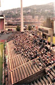 Der Block West im Ing. Gerhard Hanappi-Stadion am 5. August 1989 von der Nordtribüne aus betrachtet. Die ULTRAS RAPID stehen in ihrem ersten Bestandsjahr und RAPID trennt sich vom First Vienna FC mit einem 4 : 4. Foto: © oepb